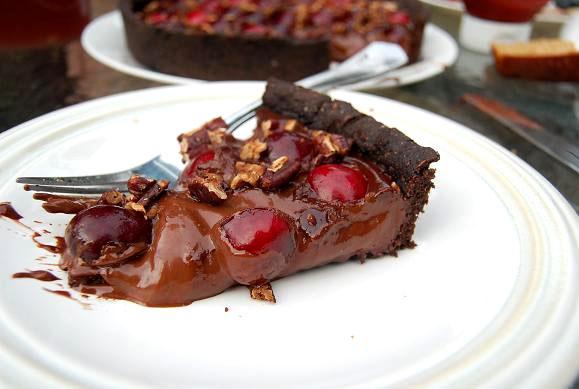 Как испечь шоколадно-вишневый тарт