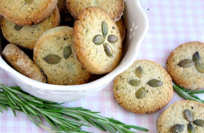 Как приготовить печенье с тыквенными семечками и розмарином