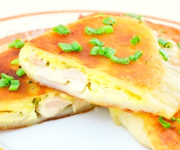 Приготовить пирожки с курицей и сыром