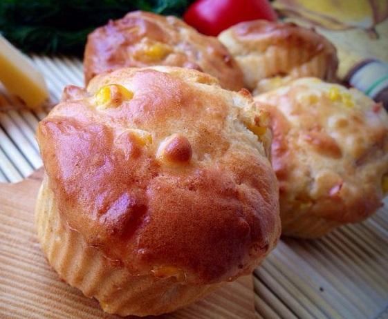 Закусочные маффины с кукурузой, беконом и сладким перцем