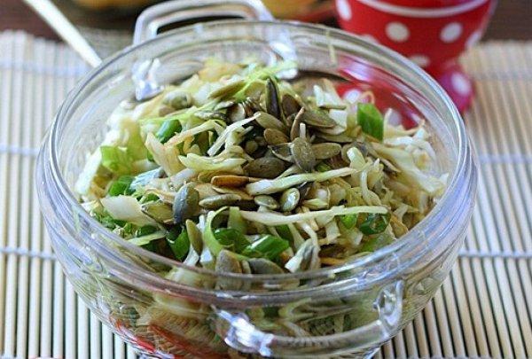 Салат из капусты с тыквенными семечками
