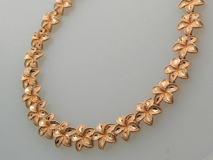 Как и с чем носить золотое ожерелье