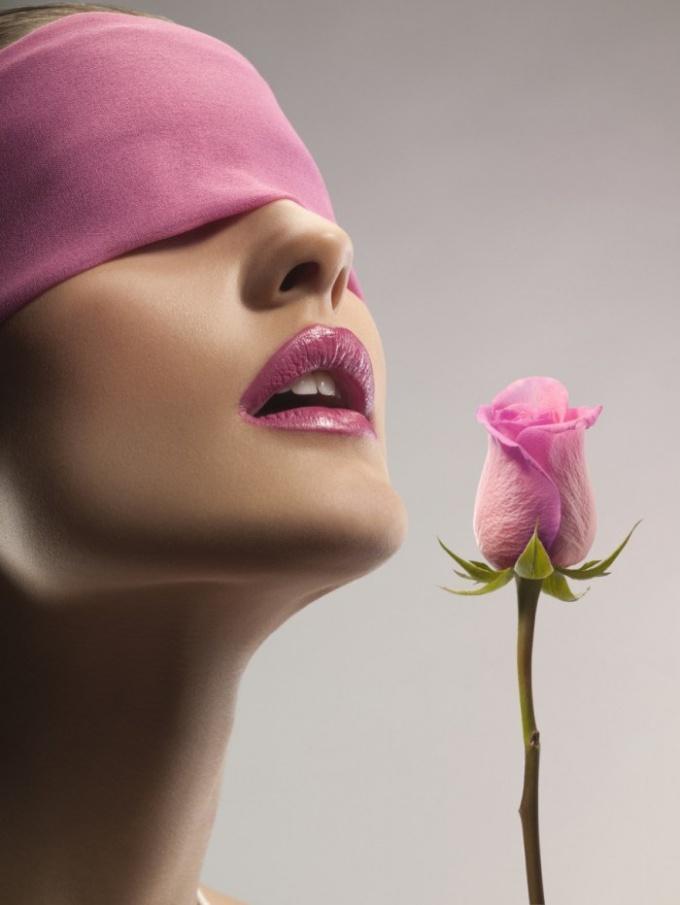 http://www.firestock.ru/devushka-s-zavyazanyimi-glazami-s-rozoy-blindfolded-girl-with-a-rose/