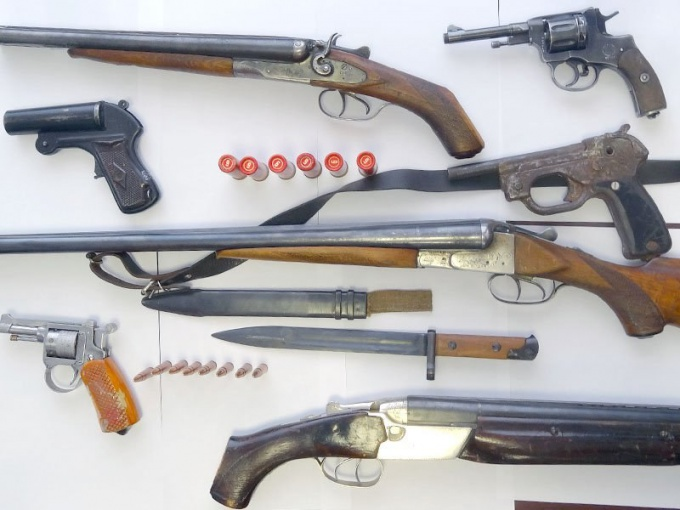 Для того, чтобы иметь право хранить это оружие дома, требуется получение лицензии в полиции