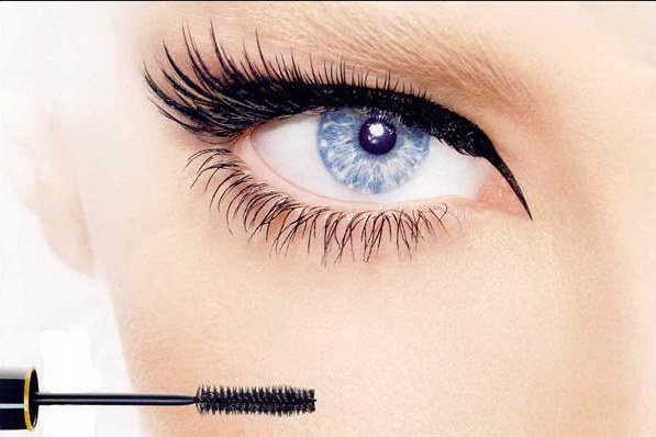Lengthening lashes with mascara