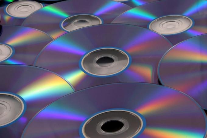 Для хранения видеозаписей можно использовать DVD-диски