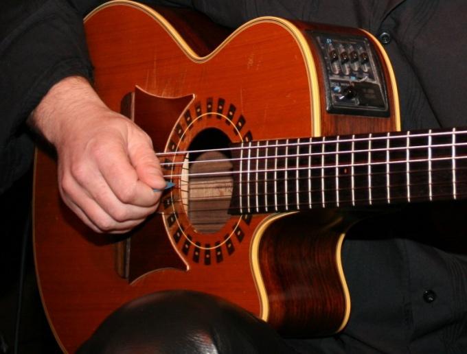 Возьмите гитару в руки и попробуйте зажать струну
