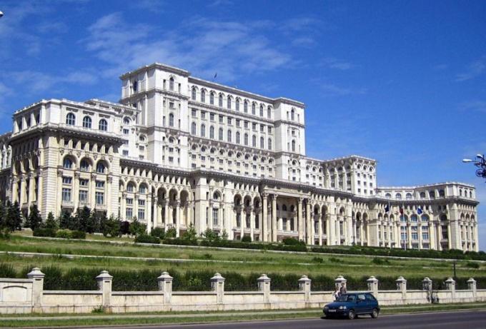 Дворец Парламента в Бухаресте - одно из крупнейших зданий в мире
