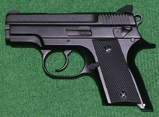 Пистолет марки  ČZ 75, сделанный в Чехии и специально разработанный для скрытого ношения и самообороны