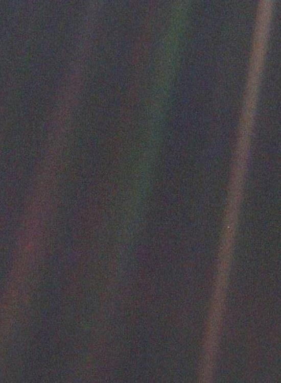 Фото «Вояджер 1» с расстояния 6 млрд км. Маленькая точка с права