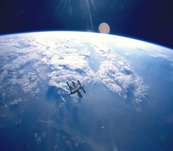 Космическая станция на орбите Земли