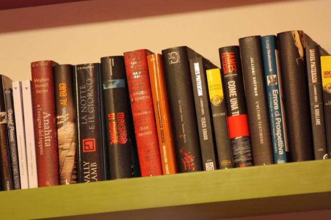Бумажные книги долго хранят информацию, но занимают некоторое место