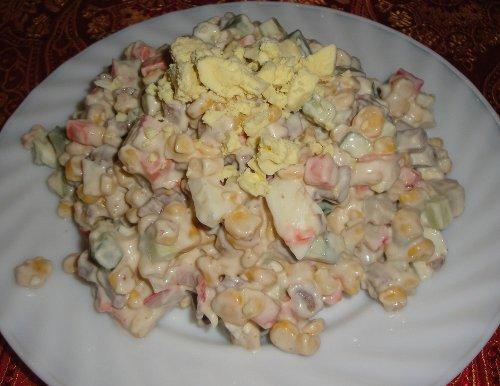Как приготовить салат из рыбных консервов с сыром
