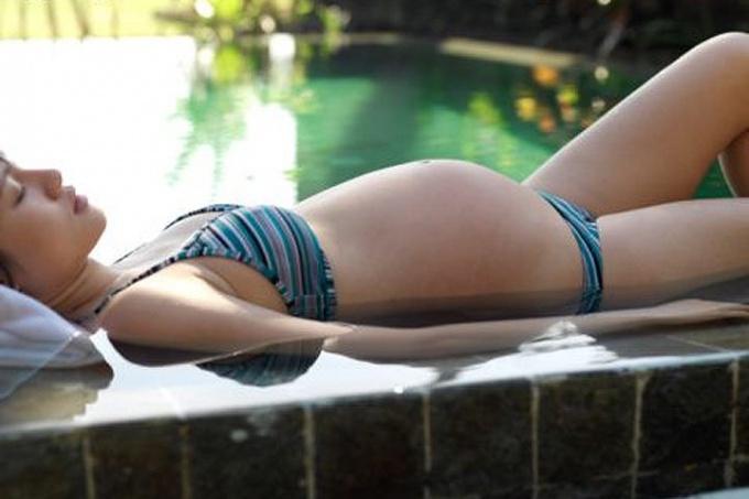 Как правильно плавать в бассейне во время беременности