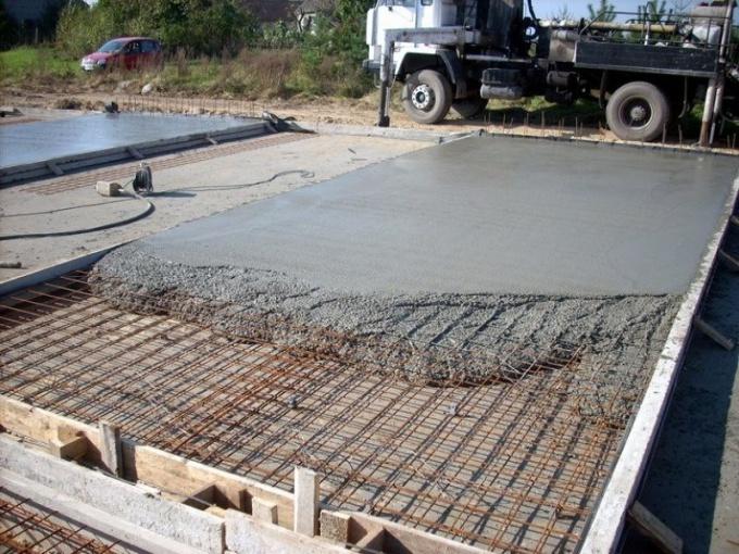 Заливка бетоном плитного фундамента
