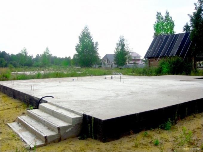 Для кирпичного дома оптимальным выбором будет монолитный плитный фундамент