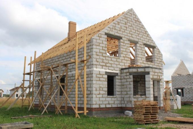 Для дома из газоблоков оптимальным выбором будет монолитный плитный фундамент