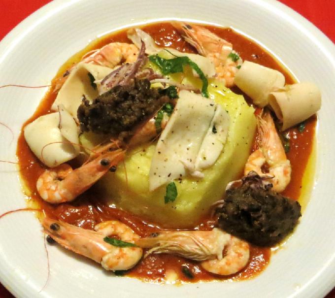 салат из морепродуктов, картофеля, баклажанов и перца
