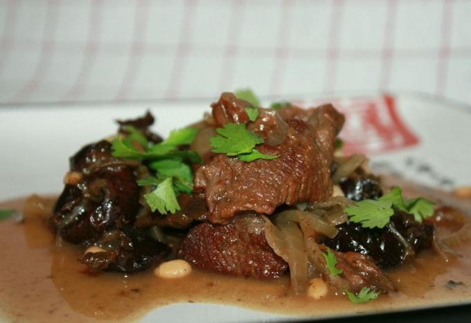 Аппетитная говядина с черносливом и овощами