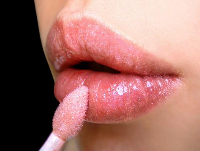 Какой блеск для губ зрительно увеличивает губы