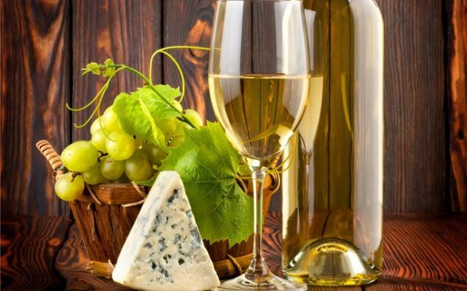 Сочетание белого вина с фруктами считается гармоничным