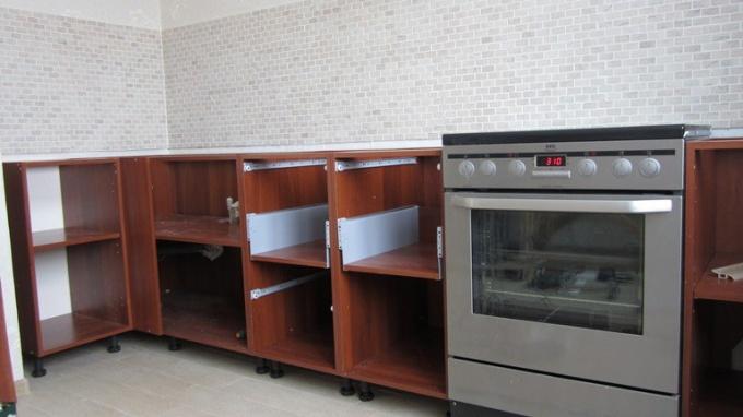 Как самостоятельно установить мебель на кухне