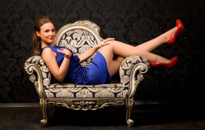 Красные туфли и синее платье