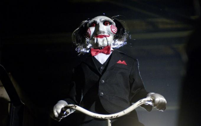 Ужасающая кукла Билли из фильма «Пила»