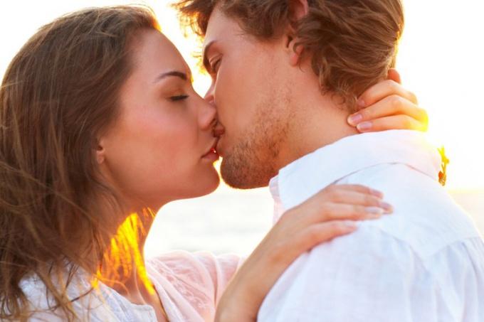 к чему снится целоваться в губы со знакомым парнем