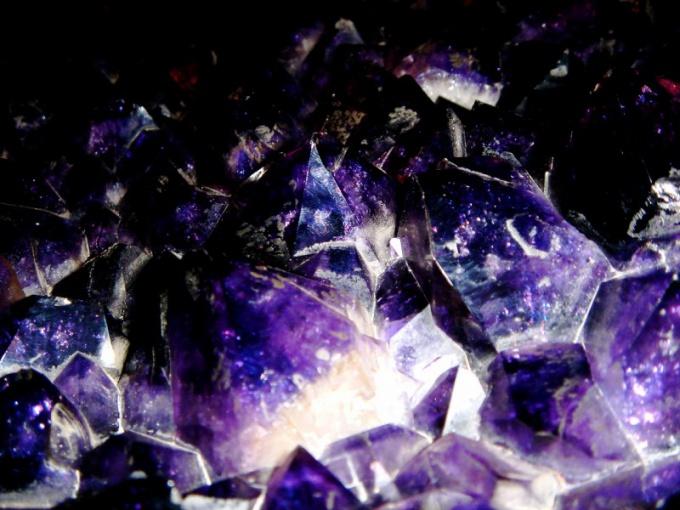 Среди фиолетовых камней наиболее широко распространен аметист.