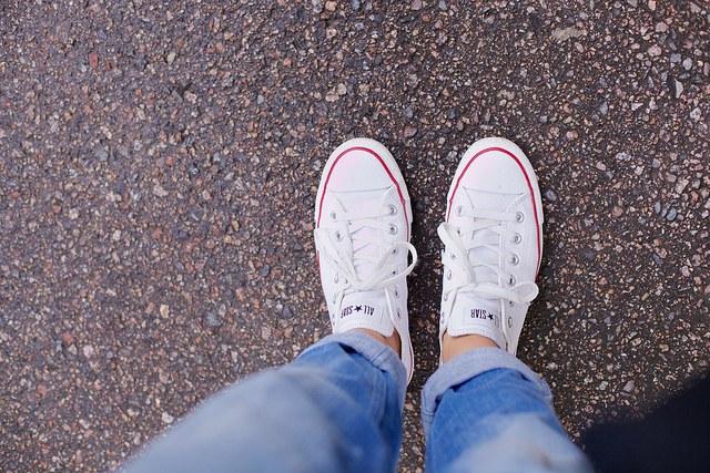 Лучше всего сочетаются узкие джинсы и кеды.