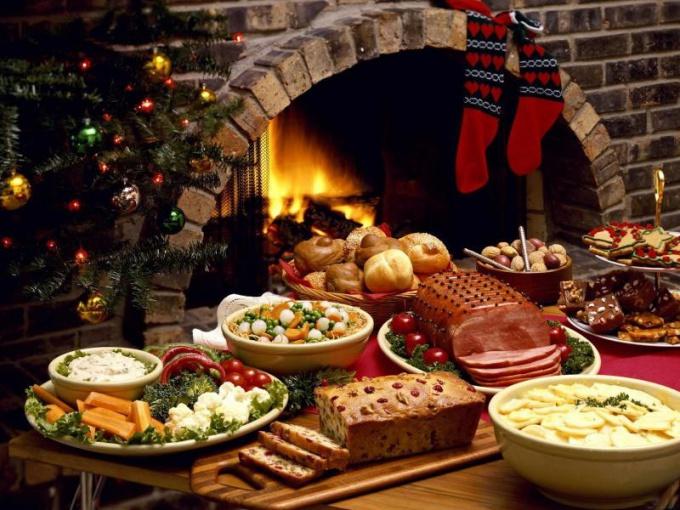 Рождество впринято проводить в кругу семьи и устраивать праздничный ужин, состоящий из рождественских блюд католических странах