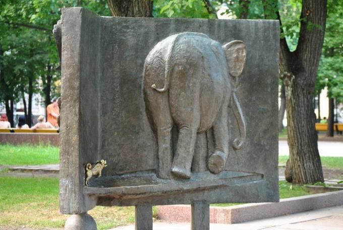 Слон не замечает на Моську на Патриарших прудах
