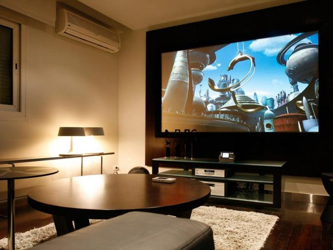 Большой экран с высоким разрешением подойдет для просмотра видео