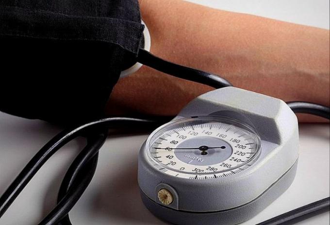 Людям как с пониженным, так и с повышенным артериальным давлением необходимо регулярно контролировать его изменения тонометром, чтобы не допускать опасных перепадов