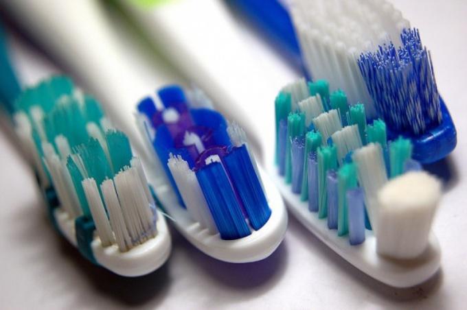 Зубная щетка: простая или электрическая