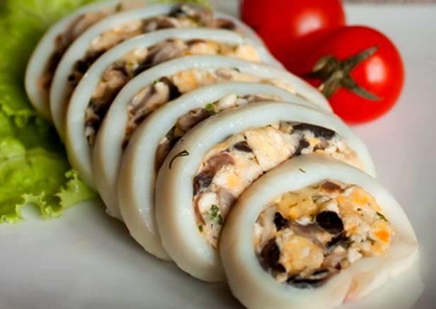 Как приготовить фаршированные рисом и грибами тушки кальмаров