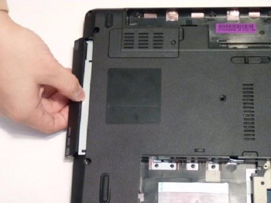 Вынимаем привод оптических дисков