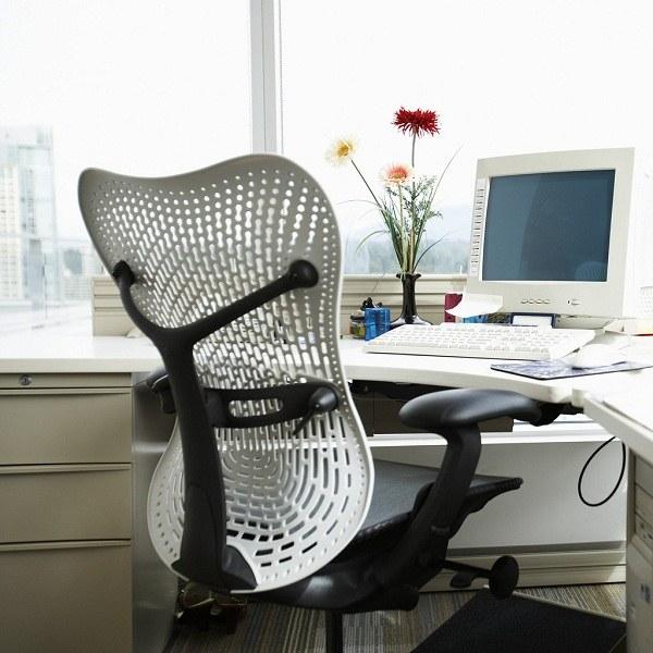 Как правильно сидеть за письменным столом