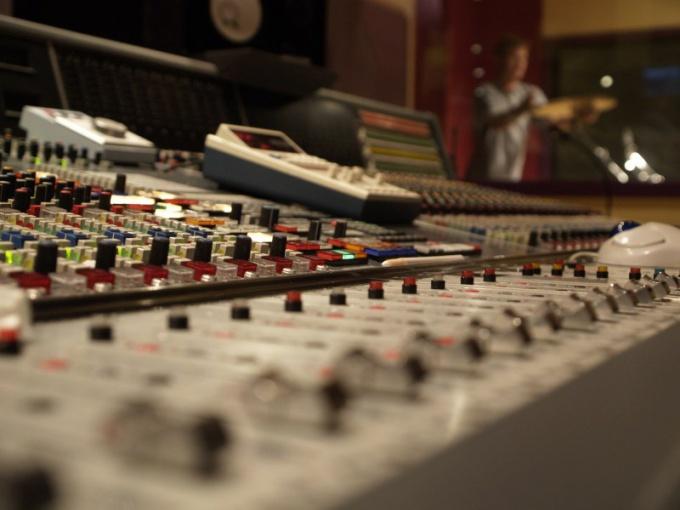 Звукооператор отвечает за качественный звук и баланс записи