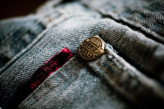 Самостоятельно заменить пуговицу на джинсах очень легко.