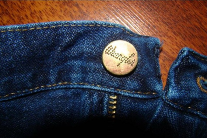 Пуговица в джинсах