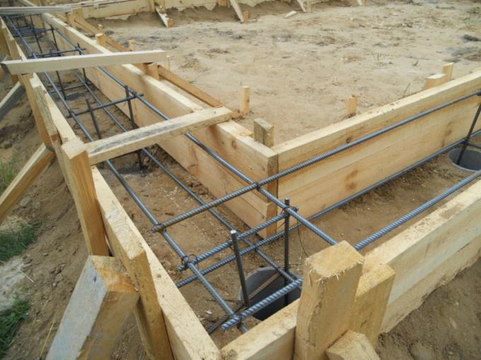 Для ленточного фундамента подойдет бетон марки М200