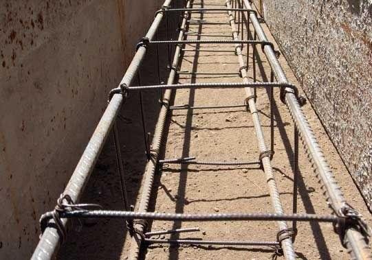 Армопояс фундамента укладывают на песчаную или гравийную подушку