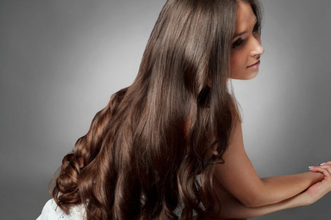 Чтобы изменить цвет волос с помощью народных средств, можно использовать ромашку, чай или луковую шелуху