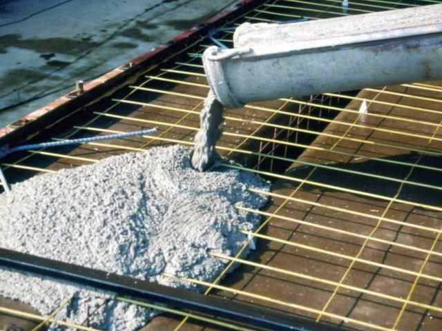 Для заливки фундамента нужно использовать прочный бетон высоких марок