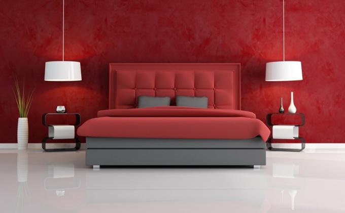 Интерьер с красными обоями