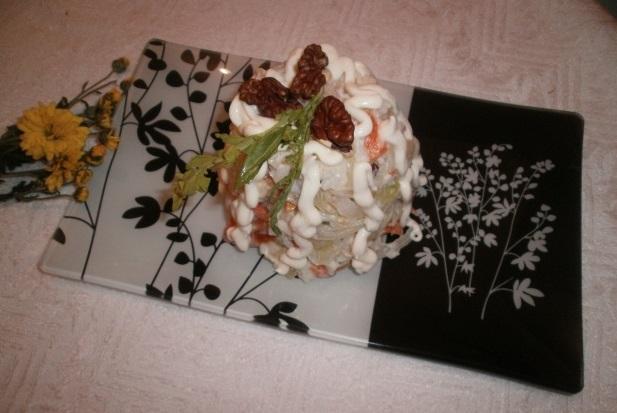 Салат из пангасиуса с орехами и рукколой