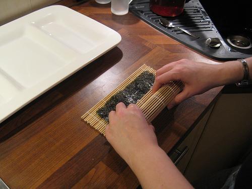 Формование суши-ролла