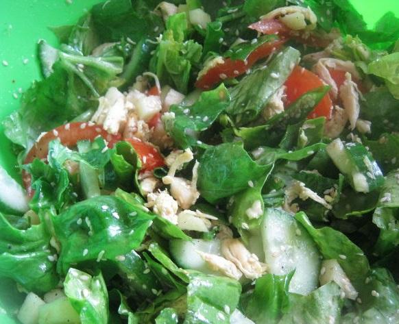 Американский салат со шпинатом и индейкой